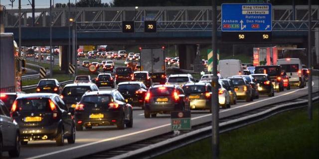 A12 richting Utrecht afgesloten na ongeluk met drie auto's