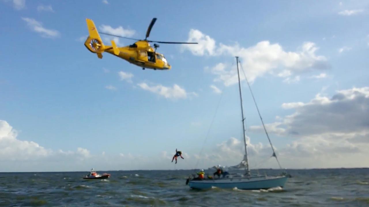 KNRM evacueert gewonde zeiler op IJsselmeer met helikopter