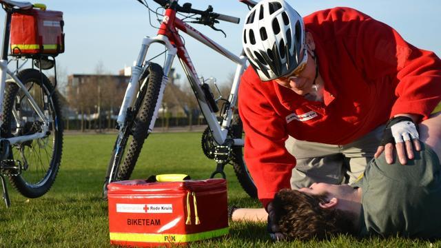 Rode Kruis leidt vrijwilligers op voor bikersteam