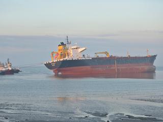 Schip wordt met vier sleepboten naar Vlissingen gebracht