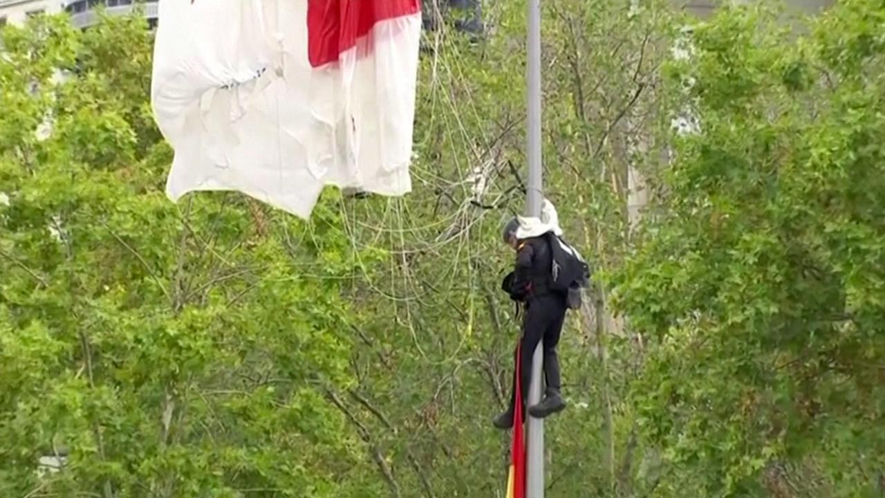 Parachutist belandt in lantaarnpaal tijdens defilé in Madrid