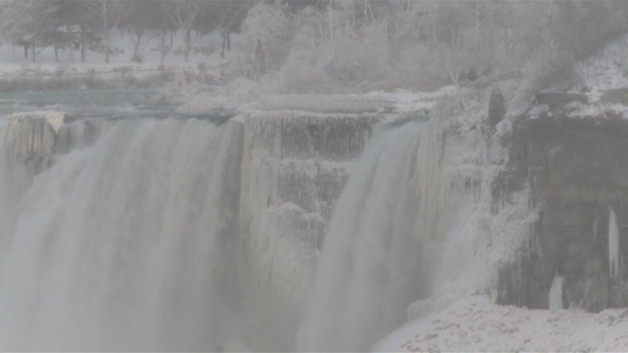 Extreme kou zorgt voor ijslandschap bij Niagarawatervallen