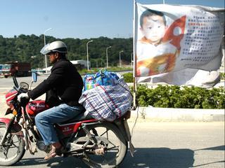 Chinese vader na jarenlange zoektocht op motor herenigd met ontvoerde zoon