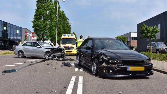 Auto's botsen op elkaar op Magazijnweg in Alphen