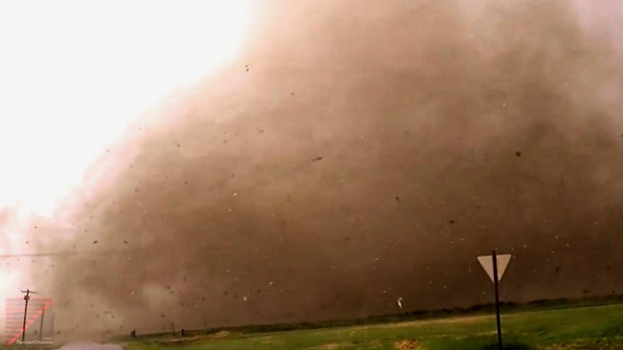 Stormjager komt gevaarlijk dicht bij grote tornado in Oklahoma