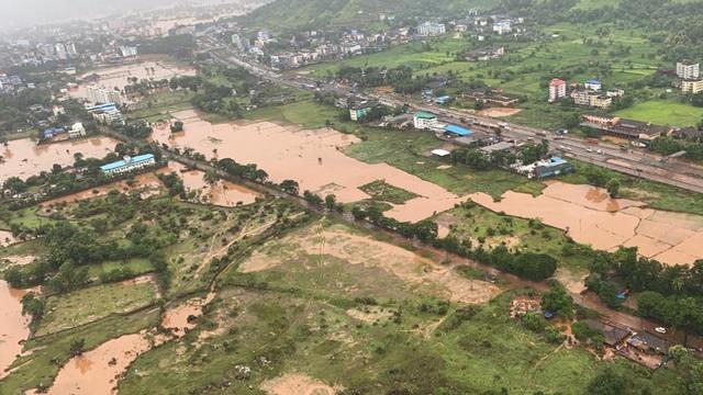 Bewoonde gebieden staan onder water door aanhoudende regenval in Maharashtra.