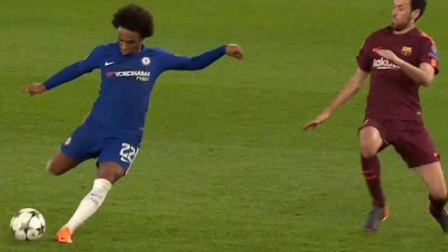 Willian schiet namens Chelsea op de paal