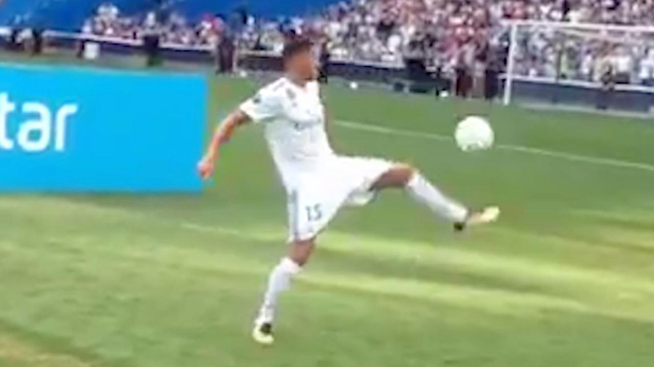 Theo Hernandez heeft moeite met hooghouden tijdens presentatie Real Madrid