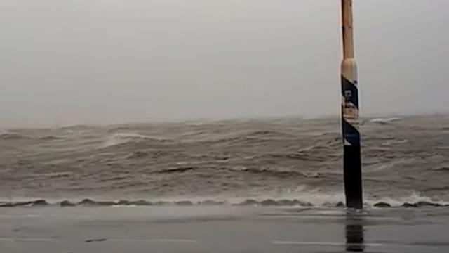 Op de pier in het Friese Holwerd staat het water behoorlijk hoog.