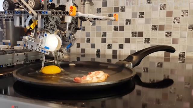 Robot van Lego kan eieren en bacon bakken
