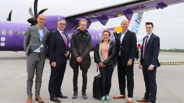 Lijnvlucht tussen Eelde en Londen verwelkomt 100.000ste passagier