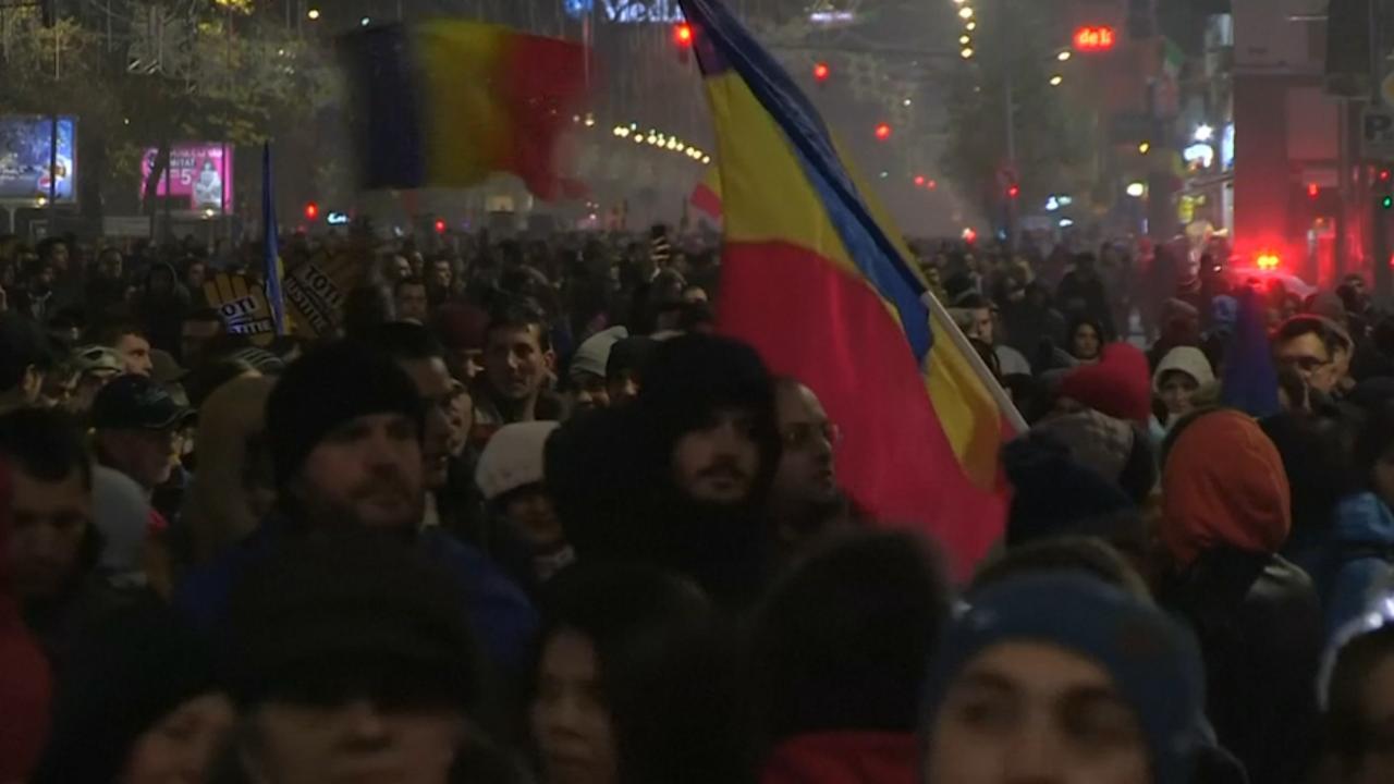 Tienduizenden mensen straat op in Roemenië