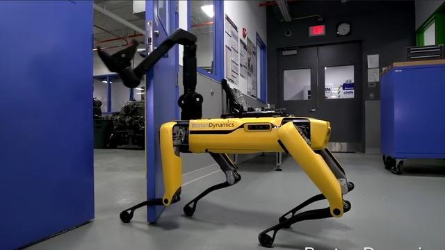 Robothond opent zelfstandig zware deur voor andere robot