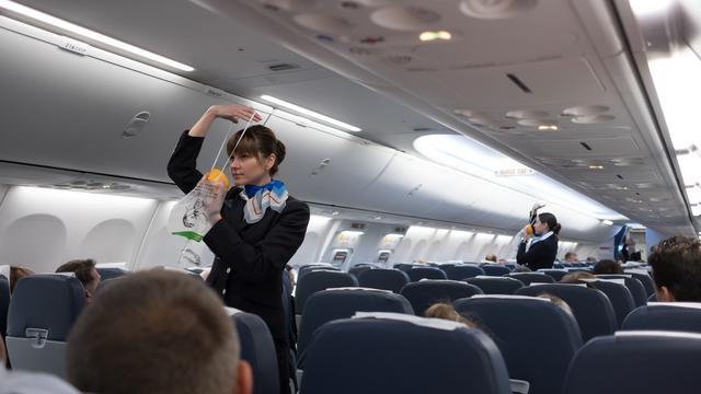 Stewardess aan je bed: zorg als uitkomst voor ontslagen luchtvaartpersoneel