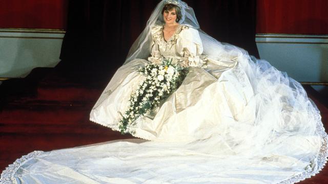 Diana en haar jurk, met een meterslange sleep.