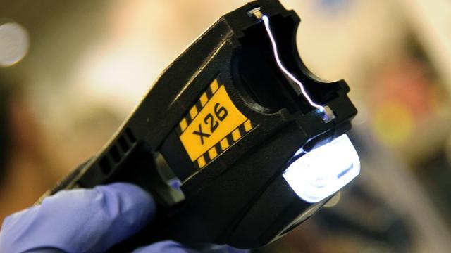 Verdachte van inbraak bedreigt getuige met stroomstootwapen