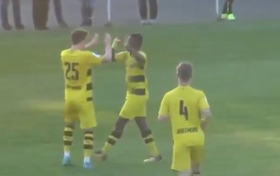 Toptalent Dortmund (13) scoort na lange solo