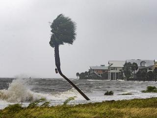 Gouverneur noemt orkaan 'destructiefste' in honderd jaar
