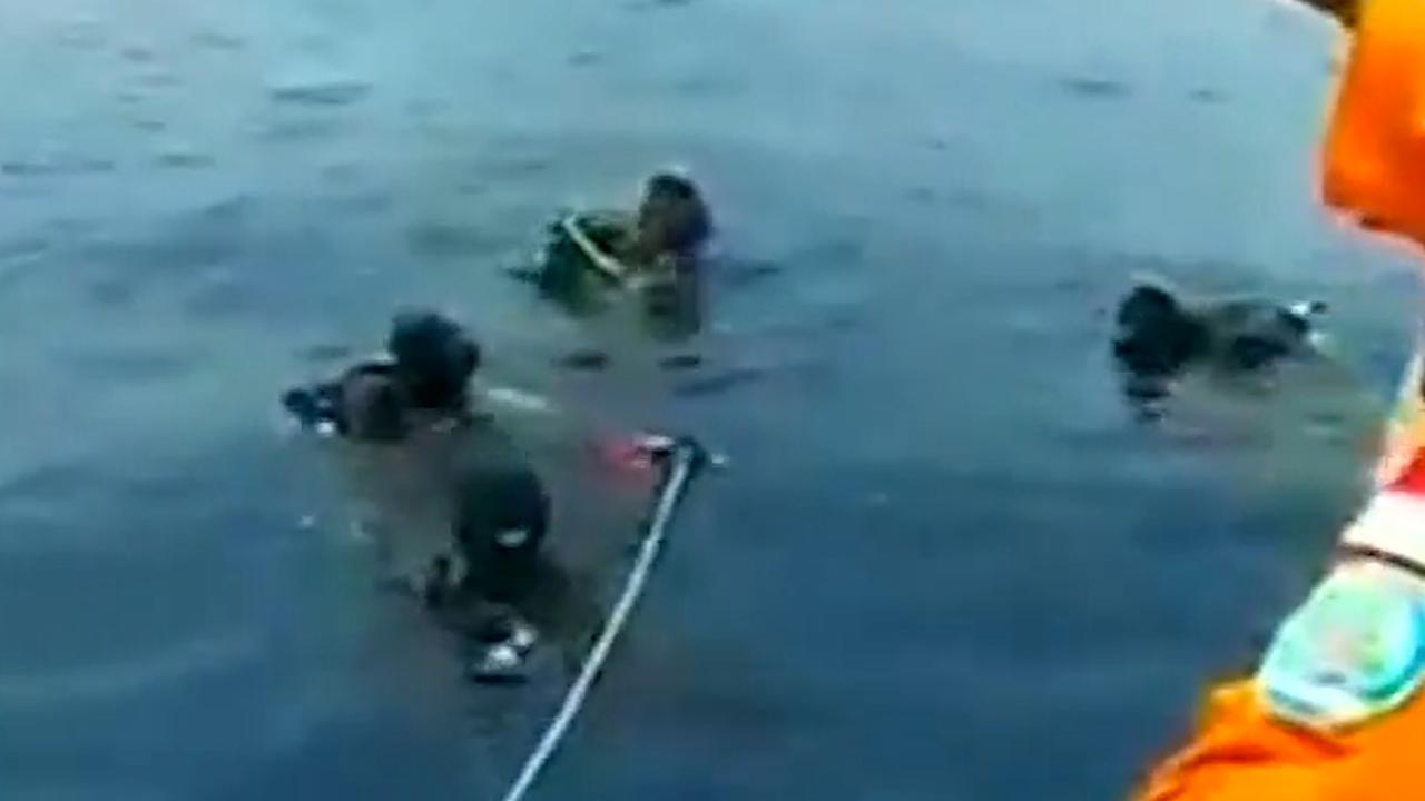 Duikers zoeken overlevenden neergestort toestel Indonesië
