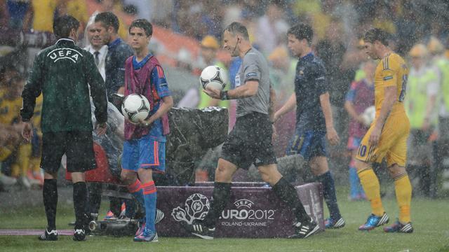 Björn Kuipers maakte in 2012 zijn eerste EK mee en moest toen het duel tussen Frankrijk en Oekraïne staken wegens regen.