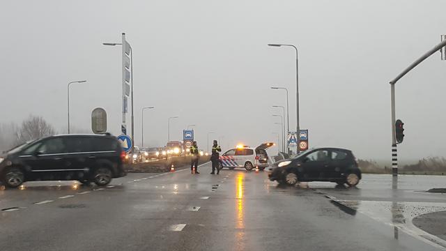 Automobilist botst op lichtmast naast de N11