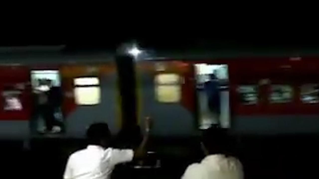 Trein met duizend passagiers achterwaarts heuvel af in India