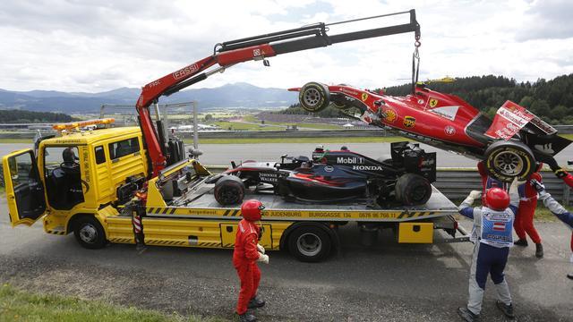 Flinke crash Raikkonen en Alonso in eerste ronde GP Oostenrijk