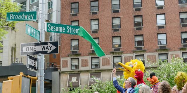 Echte Sesamstraat onthuld in New York ter ere van vijftigjarig jubileum
