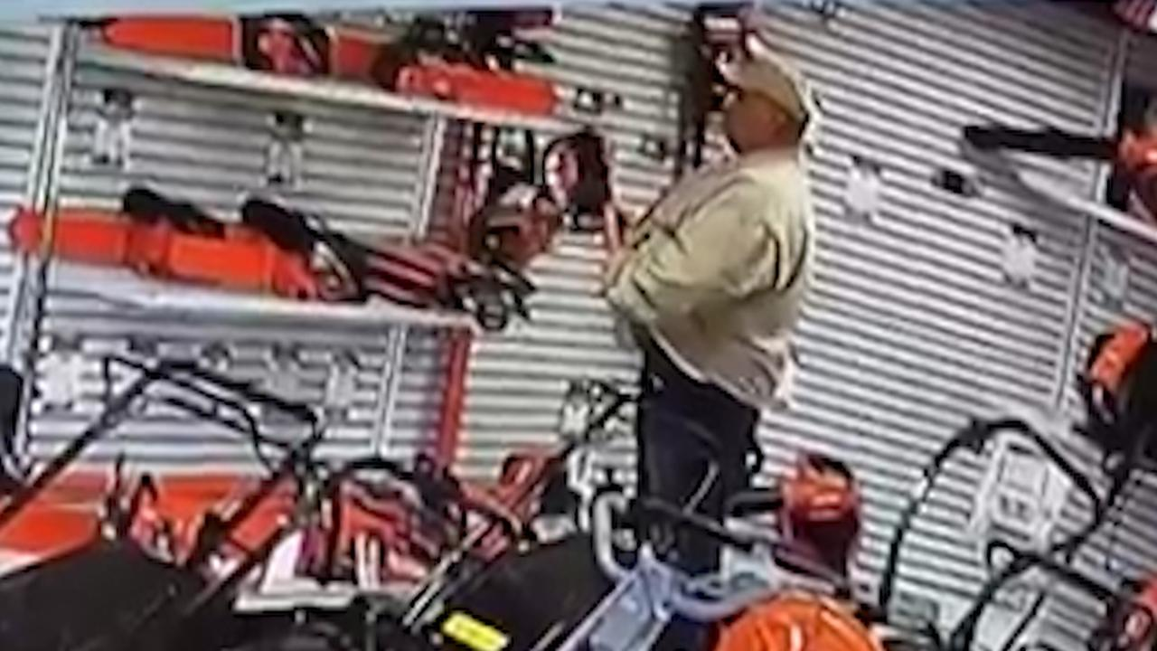 Man stopt kettingzaag in broek en loopt winkel uit in Californië