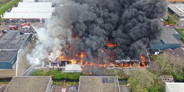 Grote brand bij autobandenbedrijf op industrieterrein in Broek op Langedijk