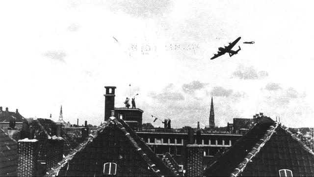 1945: Britse en Amerikaanse bommenwerpers droppen voedsel boven het hongerige westen van Nederland.