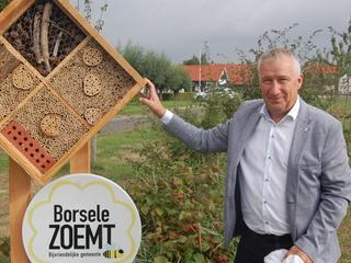 Wethouder onthult bijenhotel om te vieren