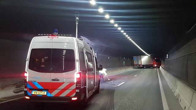 Coentunnel richting A10 West dicht door geschaarde vrachtwagen