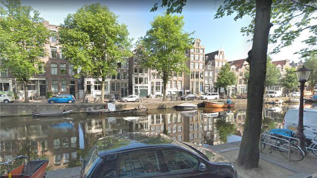Schipper redt met hulp van omstanders drenkeling uit Amsterdamse gracht