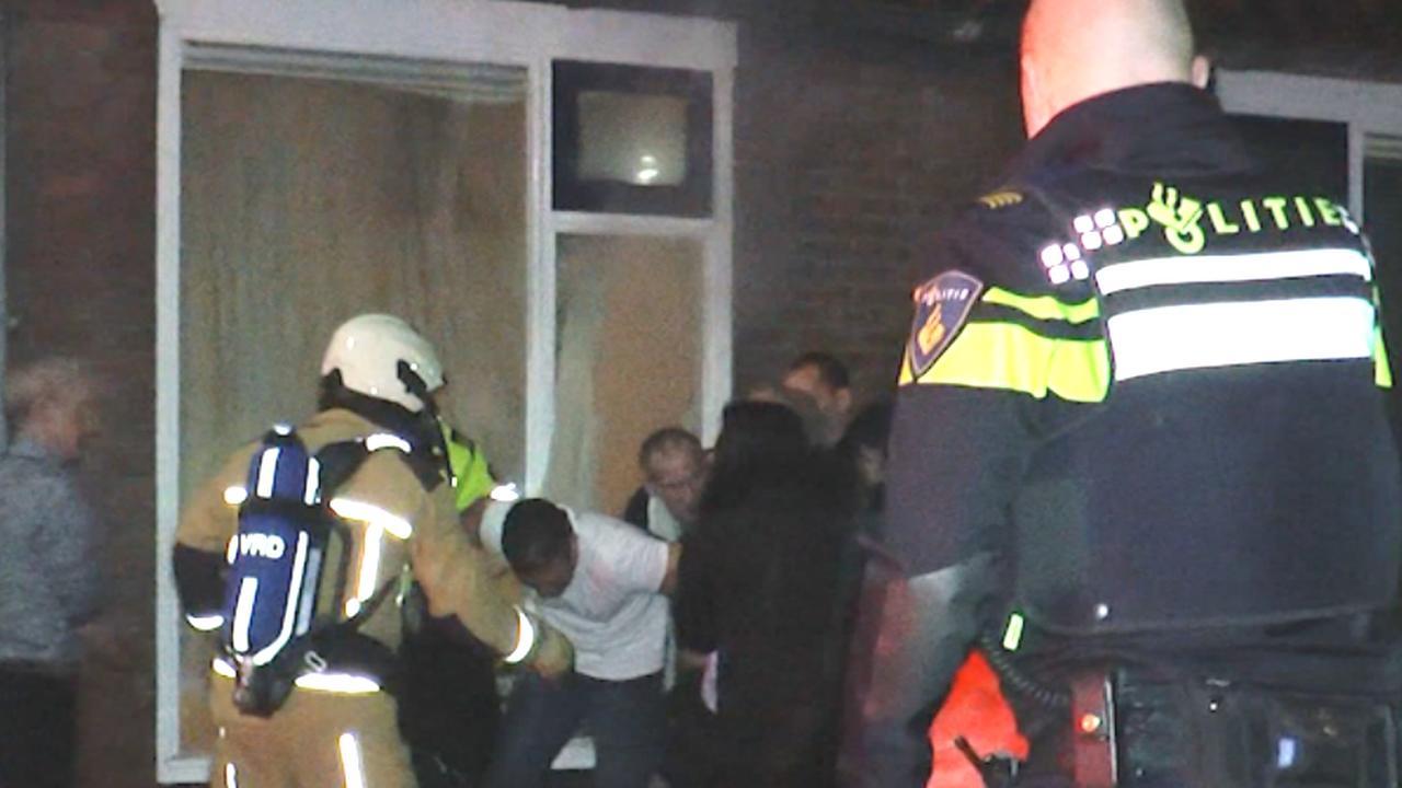 Buren redden bewoner uit huis tijdens brand in Hoogeveen