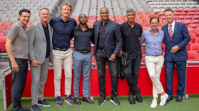 Trainer Van Gaal met enkele spelers van Ajax in 1995