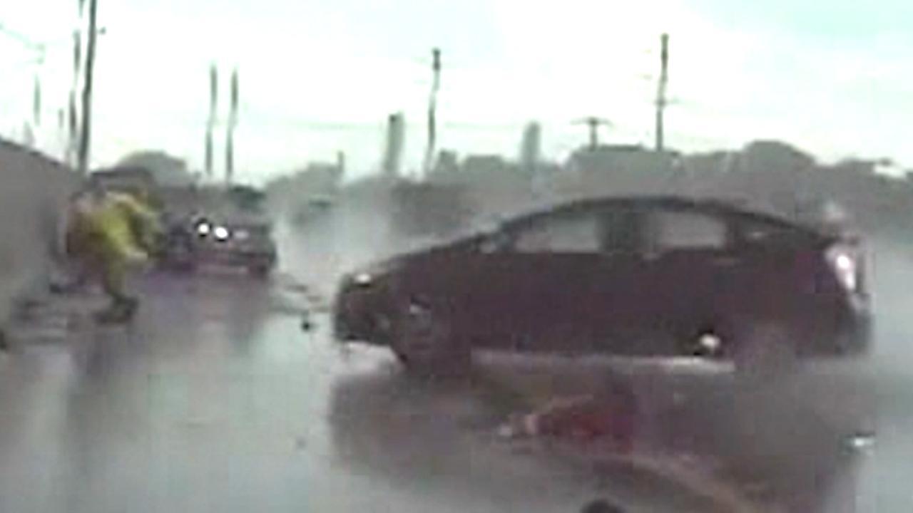 Agent springt net op tijd weg voor slippende auto in VS