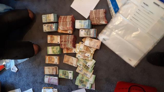 Politie vindt ruim 75.000 euro in woning Bergen op Zoom en houdt bewoner aan
