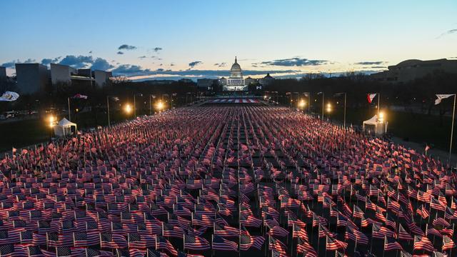 Dit jaar kon er geen publiek bij de inauguratie zijn. In plaats daarvan werden 200.000 vlaggen geplaatst op de National Mall.