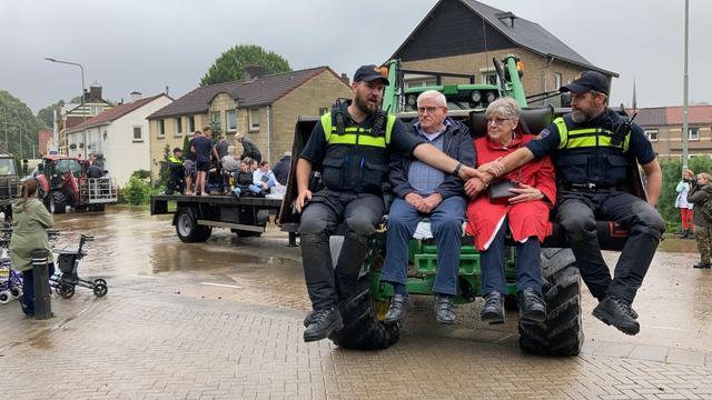 Bij de overstromingen in Limburg moesten mensen hun huis uit. Het werd te gevaarlijk.