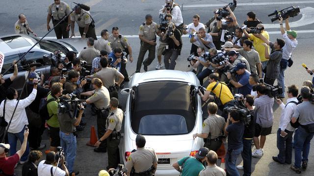 Op de scheiding en rechtszaak over de voogdij in 2007 komen enorm veel journalisten af.