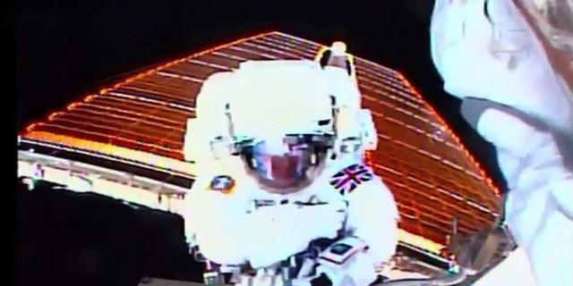 Astronaut Tim Peake maakt historische ruimtewandeling