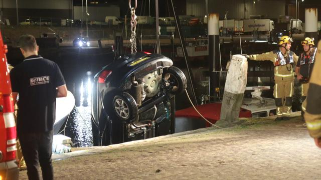 Auto tussen steiger en kade in Scheveningen, hulpdiensten groots uitgerukt