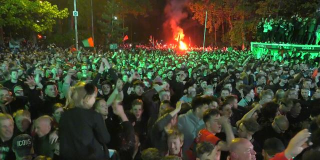 Duizenden fans vieren promotie NEC bij stadion: 'Dit houd je niet tegen'