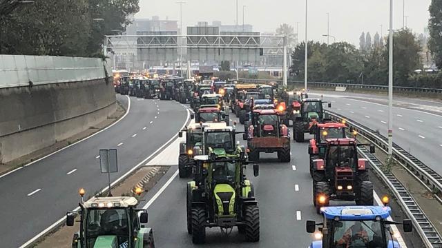 Boeren komen aan in De Bilt, motoragent aangereden door trekker op A7.