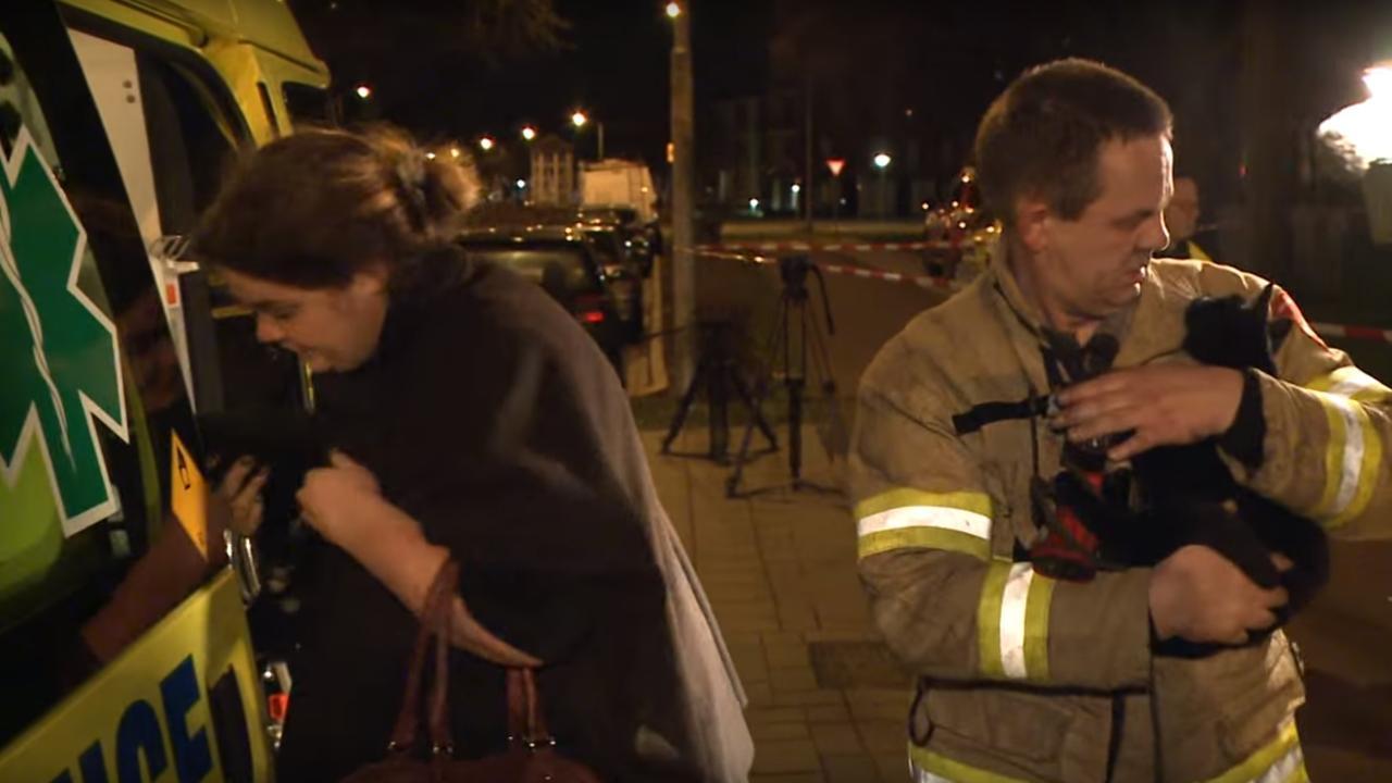 Brandweerman reanimeert kat na flatbrand Ede