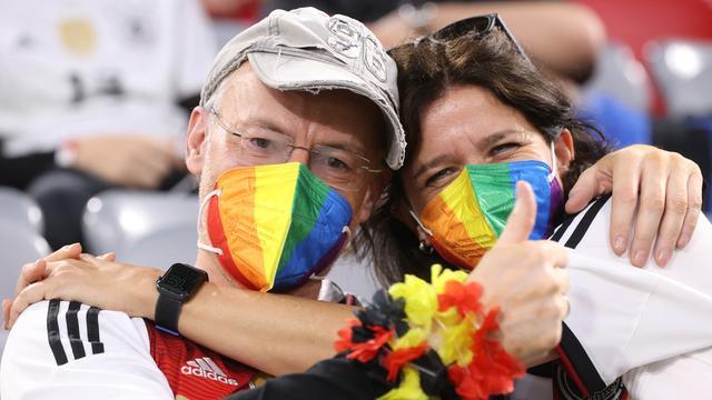 Ook in het stadion protesteerden toeschouwers tegen een onlangs in het Hongaarse parlement aangenomen wet, die het verbiedt om homoseksualiteit en het veranderen van sekse te 'promoten' onder jongeren tot achttien jaar.