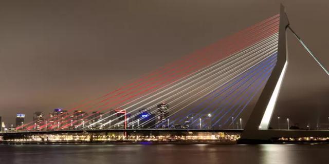 Erasmusbrug kleurde donderdagavond rood-wit-blauw voor alle geslaagden