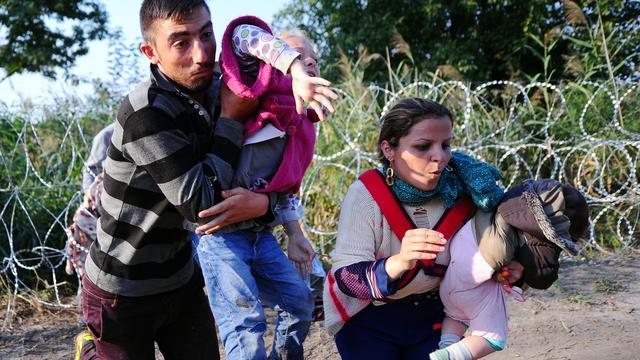 Hongaarse cameravrouw ontslagen na schoppen vluchtelingen