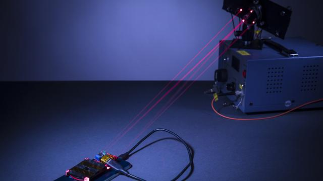 Onderzoekers laden smartphone op met laserstraal